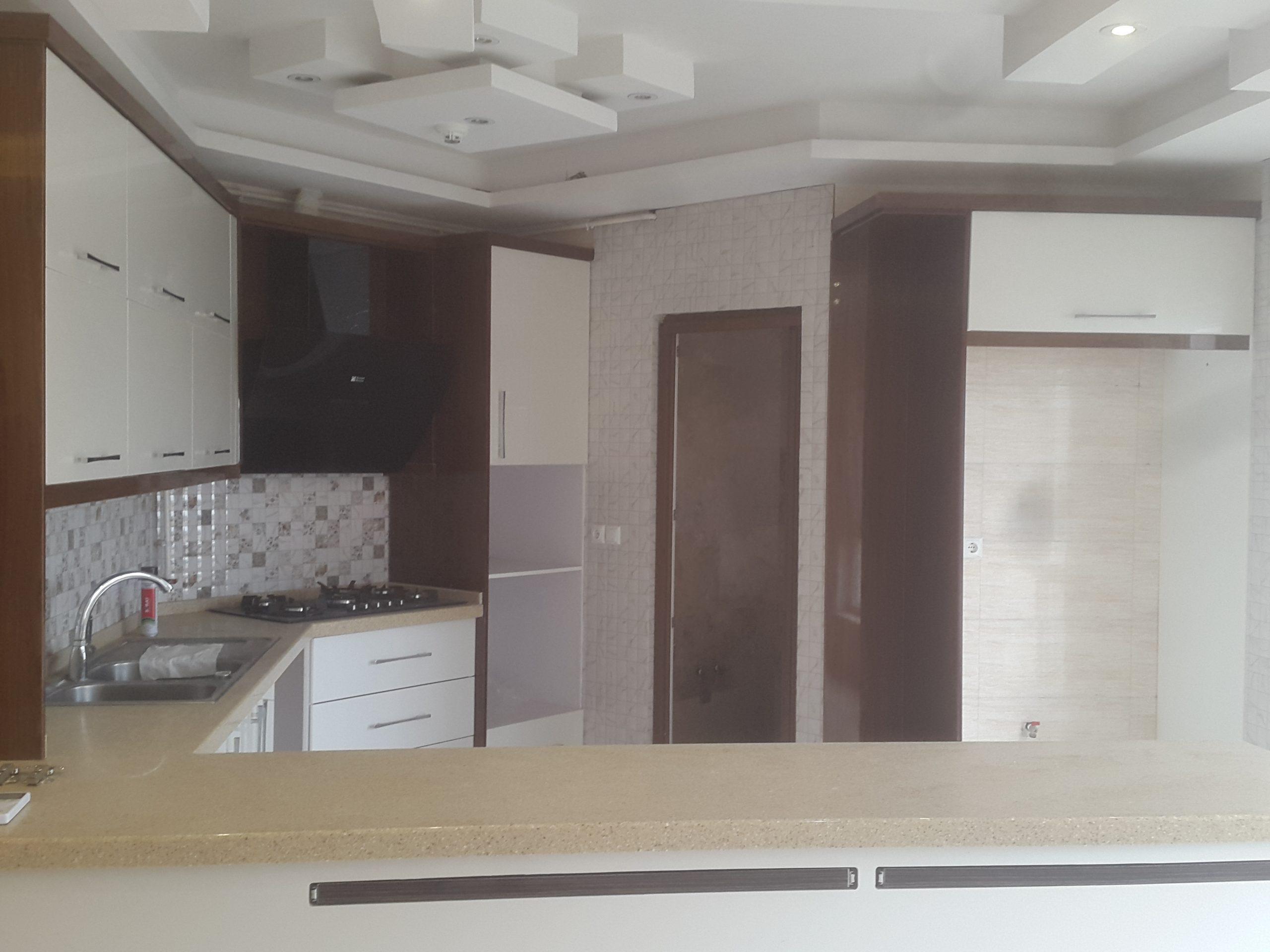 آشپزخانه اپن با کابینت های های گلاس و مطبخ
